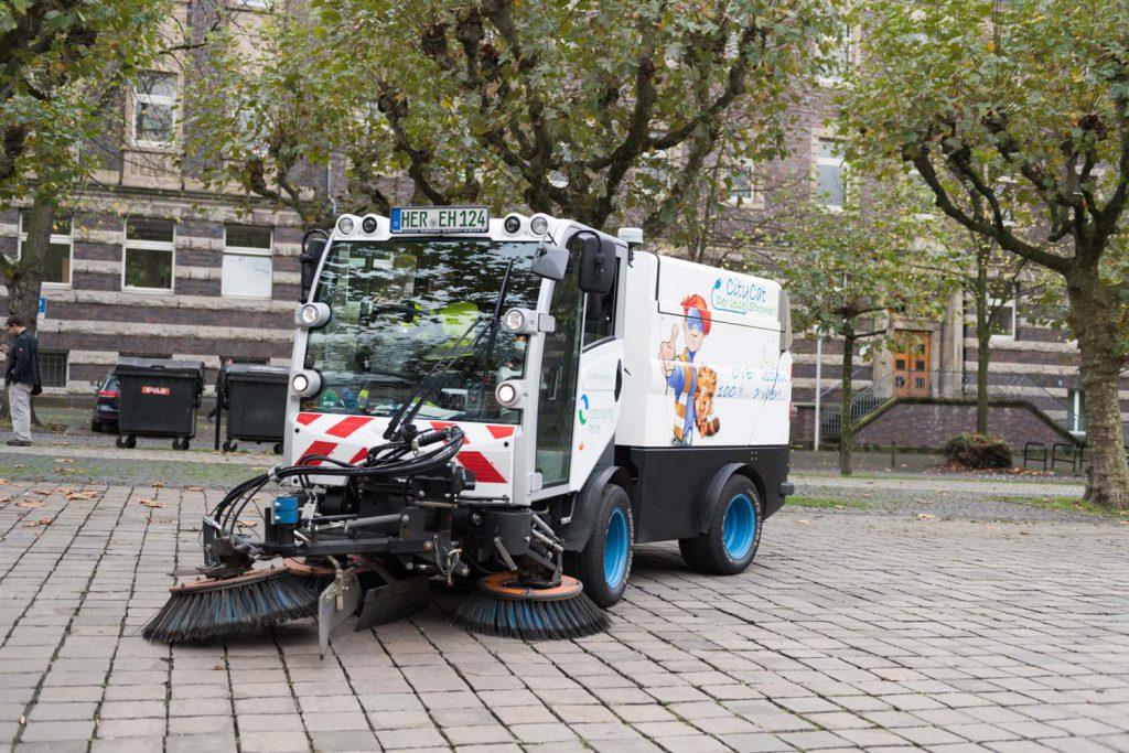 eine elektrische Kehrmaschine auf dem Rathausvorplatz in Herne