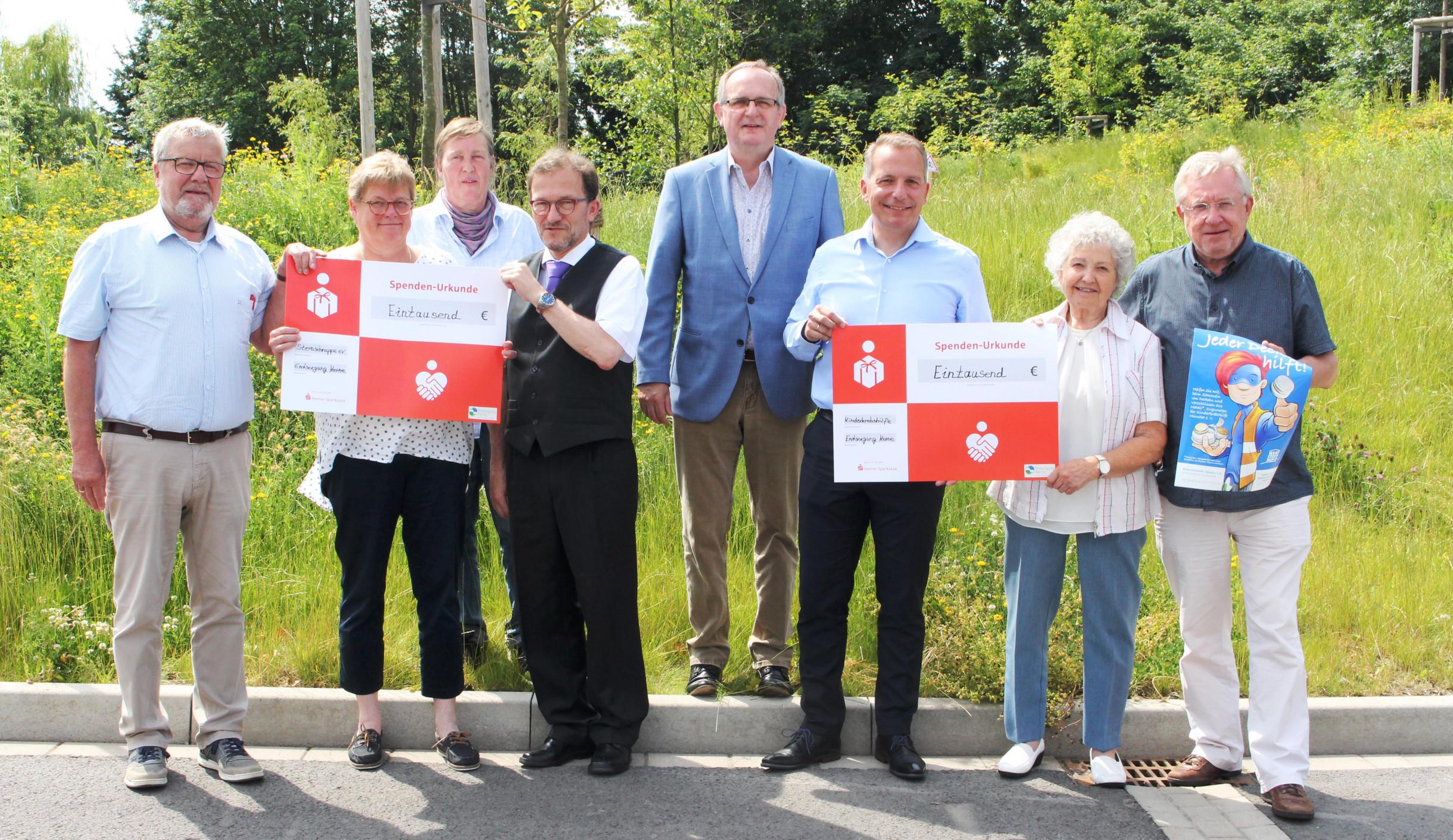 """Mitarbeiter der Vereine """"Sternschnuppe - Abschied in Würde e. V."""" und """"Kinderkrebshilfe Münster e.V."""" fbei der Spendenübergabe"""