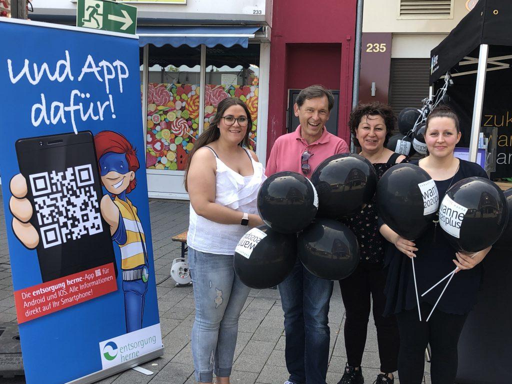 Vanessa Taibbi (WFG), Oberbürgermeister Dr. Frank Dudda, Fatma Brücher (Entsorgung Herne) und Ramona Thüs (WFG) am Infostand bei den Wanner Mondnächten.